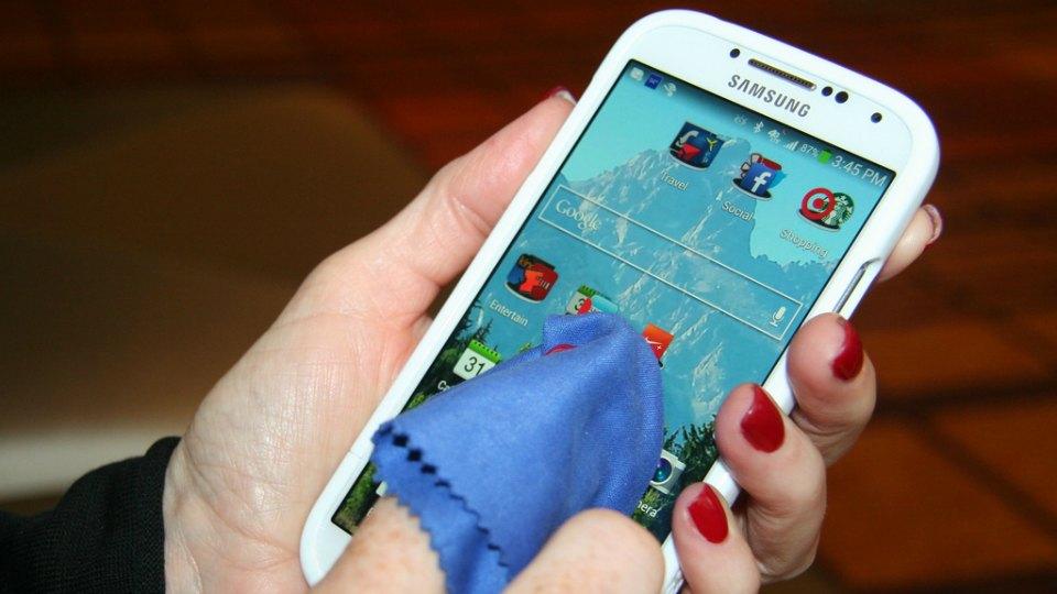 Qanday qilib smartfon ekraniga zarar yetkazmasdan tozalash mumkin?