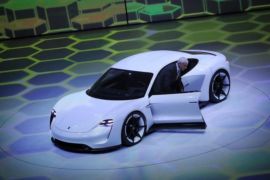 Porsche o'zining birinchi elektromobilini taqdim etdi