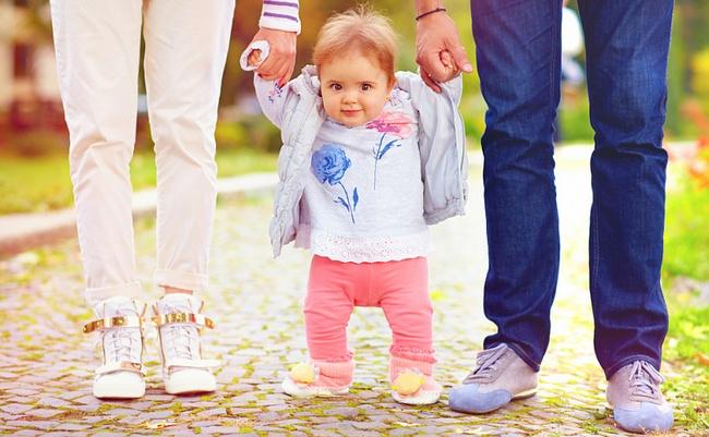 Когда ребёнок начинает ходить и как ему помочь