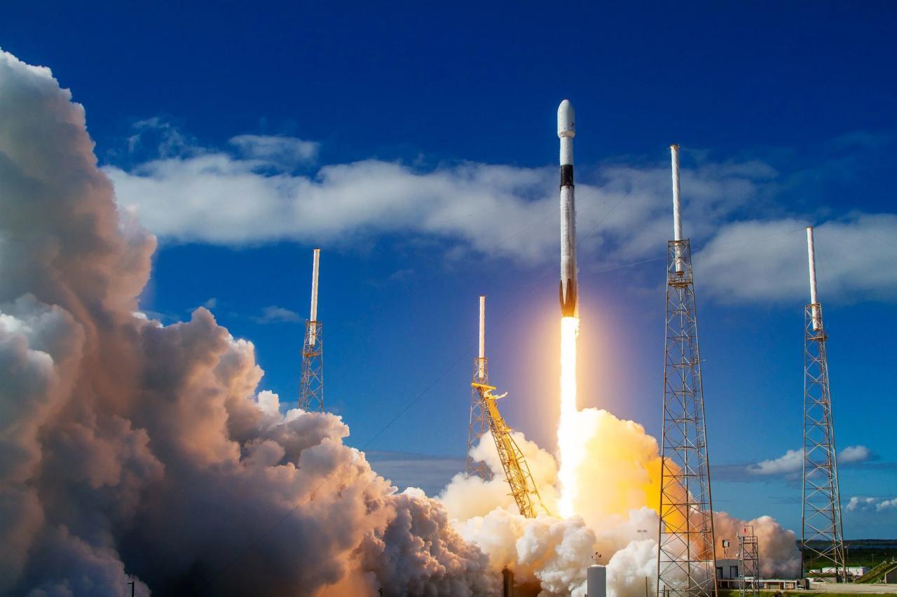Ракета Falcon 9 с 60 интернет-спутниками стартовала на орбиту