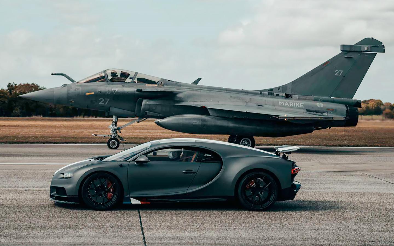 Bugatti giperkari qiruvchi samolyot bilan tezlikda bahslashdi (video)